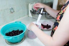 Przygotowanie tort z wiśniami i malinkami. Fotografia Stock