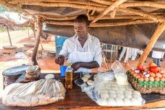 Przygotowanie tradycyjny Ugandyjski śniadaniowy Rolex robić z cha Obrazy Stock