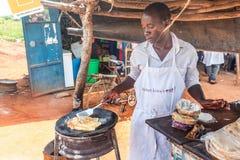 Przygotowanie tradycyjny Ugandyjski śniadaniowy Rolex robić z cha Fotografia Royalty Free