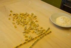 Przygotowanie typowy Langhe makaron: agnolotti Fotografia Stock