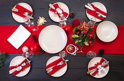 Przygotowany boże narodzenie stół dla porcj naczyń fotografia royalty free