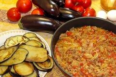 Przygotowany forcemeat stewed z cebulami i pomidorami wykładał w ro Obrazy Royalty Free