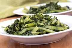 Przygotowany gotowany dandelion zieleni puchar obrazy royalty free