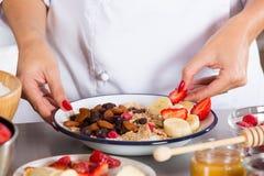Przygotowany jogurtu deser z zbożami obraz royalty free