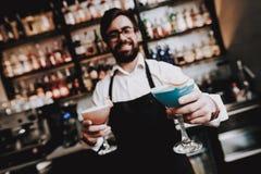 Przygotowany koktajl bar Barman z brodą odpoczynek zdjęcia stock