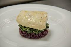 Przygotowany piec na grillu rybi stek na warzywach fotografia royalty free