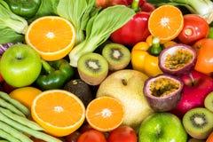 Przygotowany pomarańczowy plasterek z grupą dojrzali owoc i warzywo obrazy stock