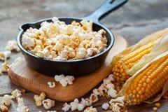 Przygotowany popkorn w smażyć nieckę, kukurudz ziarna i kaczany, obrazy stock