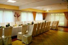 Przygotowany przyjęcie weselne stół w wioska pokoju zdjęcia royalty free