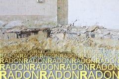 Przygotowawcza scena dla budowy przedyskutowana kraul przestrzeń w starym ceglanym domu przeciw niebezpiecznemu radon gazowi - po obraz royalty free