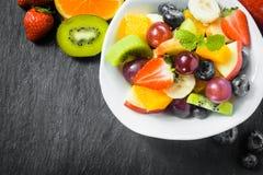 Przygotowywać świeżej owocowej sałatki dla śniadania obraz stock