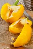 Przygotowywać żółtego dzwonkowego pieprzu na kuchennym stole Obrazy Stock