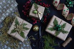 Przygotowywać bożych narodzeń lub nowego roku teraźniejszość wykonywać ręcznie handmade obrazy royalty free