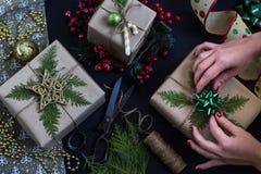 Przygotowywać bożych narodzeń lub nowego roku teraźniejszość wykonywać ręcznie handmade obraz royalty free