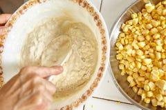 Przygotowywać ciasto naleśnikowe Obraz Royalty Free
