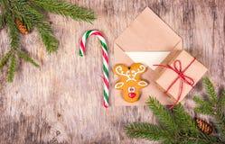 Przygotowywać dla bożych narodzeń claus listowy Santa Bożenarodzeniowy tło z domowej roboty ciastkami, prezentem i cukierkiem, Zdjęcia Royalty Free