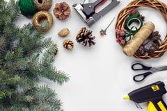 Przygotowywać dla bożych narodzeń lub nowego roku wakacje Lay futerkowe gałąź, wianki, arkana, nożyce, rzemiosło papier obrazy stock