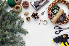Przygotowywać dla bożych narodzeń lub nowego roku wakacje Lay futerkowe gałąź, wianki, arkana, nożyce, rzemiosło papier obraz royalty free