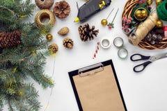 Przygotowywać dla bożych narodzeń lub nowego roku wakacje Lay futerkowe gałąź, wianki, arkana, nożyce, rzemiosło papier zdjęcia royalty free