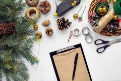 Przygotowywać dla bożych narodzeń lub nowego roku wakacje Lay futerkowe gałąź, wianki, arkana, nożyce, rzemiosło papier fotografia royalty free