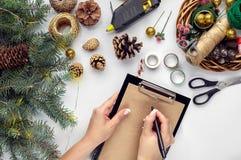 Przygotowywać dla bożych narodzeń lub nowego roku wakacje Lay futerkowe gałąź, wianki, arkana, nożyce, rzemiosło papier zdjęcie stock