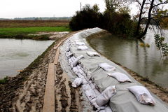 Przygotowywać dla powodzi z worek z piaskiem powodzi ochroną Fotografia Royalty Free