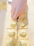 Przygotowywać domowej roboty Włoskiego pierożek Zdjęcia Royalty Free