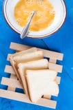Przygotowywać francuską grzankę z mieszanymi jajkami i pokrojonym chlebem obraz royalty free