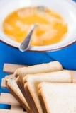 Przygotowywać francuską grzankę z mieszanymi jajkami i pokrojonym chlebem zdjęcia stock