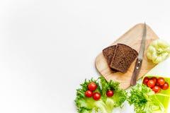 Przygotowywać lekkiego jarzynowego lunch z czereśniowymi pomidorami, sałatka, chleb, paprica na białym tło odgórnego widoku copys Zdjęcia Stock