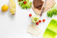 Przygotowywać lekkiego jarzynowego lunch z pomidorami, sałatka, chleb, paprica, ser na białym tło odgórnego widoku copyspace Fotografia Royalty Free