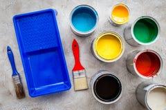 Przygotowywać malować Farby, muśnięcia i taca na popielatego kamiennego tła odgórnym widoku, Obrazy Royalty Free
