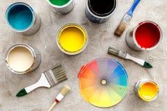 Przygotowywać malować Farby, paleta i muśnięcia na popielatego kamiennego tła odgórnym widoku, Zdjęcie Royalty Free