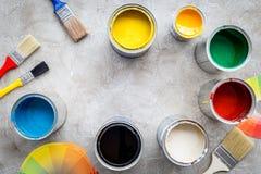 Przygotowywać malować Farby, paleta i muśnięcia na popielatym kamiennym tło odgórnego widoku copyspace, Zdjęcia Royalty Free