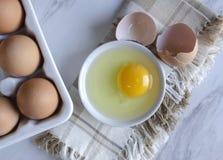 Przygotowywać Organicznie Bezpłatnych pasma Brown kurczaka jajka obraz royalty free