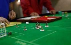 Przygotowywać postacie bawić się podczas Stołowej piłki nożnej meczu finałowego światowego szczegółu obraz stock