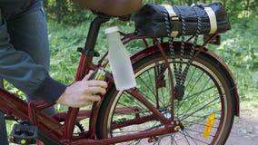 Przygotowywa? rower dla d?ugiej drogi zdjęcie wideo