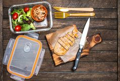 Przygotowywać takeaway posiłek dla dzieci Szkolnego lunchu pudełko z sala Obraz Stock