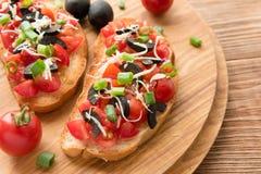 Przygotowywać wyśmienicie Włoskiego bruschetta z siekającymi warzywami Zdjęcia Royalty Free