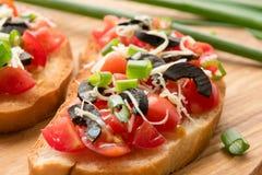 Przygotowywać wyśmienicie Włoskiego bruschetta z siekającymi warzywami Zdjęcie Stock