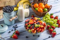 Przygotowywać zdrowej owocowej sałatki zdjęcia stock