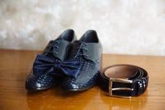 Przygotowywa akcesoria, krawat, buty, patka na stole zdjęcie royalty free