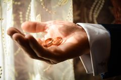 Przygotowywa dostawać gotowy w ranku dla ślubnej ceremonii, ślubni temat, symboliczny miłość i romans zdjęcie stock