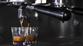 Przygotowywa kawę espresso w jego sklep z kawą Fotografia Royalty Free