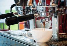 Przygotowywa kawę espresso w sklep z kawą zdjęcia royalty free