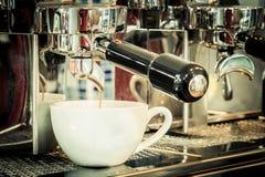 Przygotowywa kawę espresso w sklep z kawą Zdjęcie Royalty Free