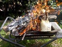Przygotowywać ogienia dla BBQ Zdjęcia Stock