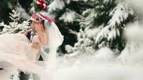 Przygotowywa przędzalnianego szczęśliwego panny młodej mienia, przędzalnictwa podczas opad śniegu i ona w jego rękach w śnieg pog zbiory