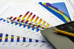 Przygotowywa raport Błękitne mapy i wykresy Biznesowi raporty i stos na szarym odbicia tle dokumenty obraz royalty free
