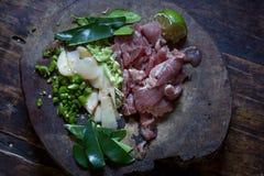 Przygotowywa ryżową wieprzowinę z pieprzami na ciapanie bloku Obrazy Royalty Free
